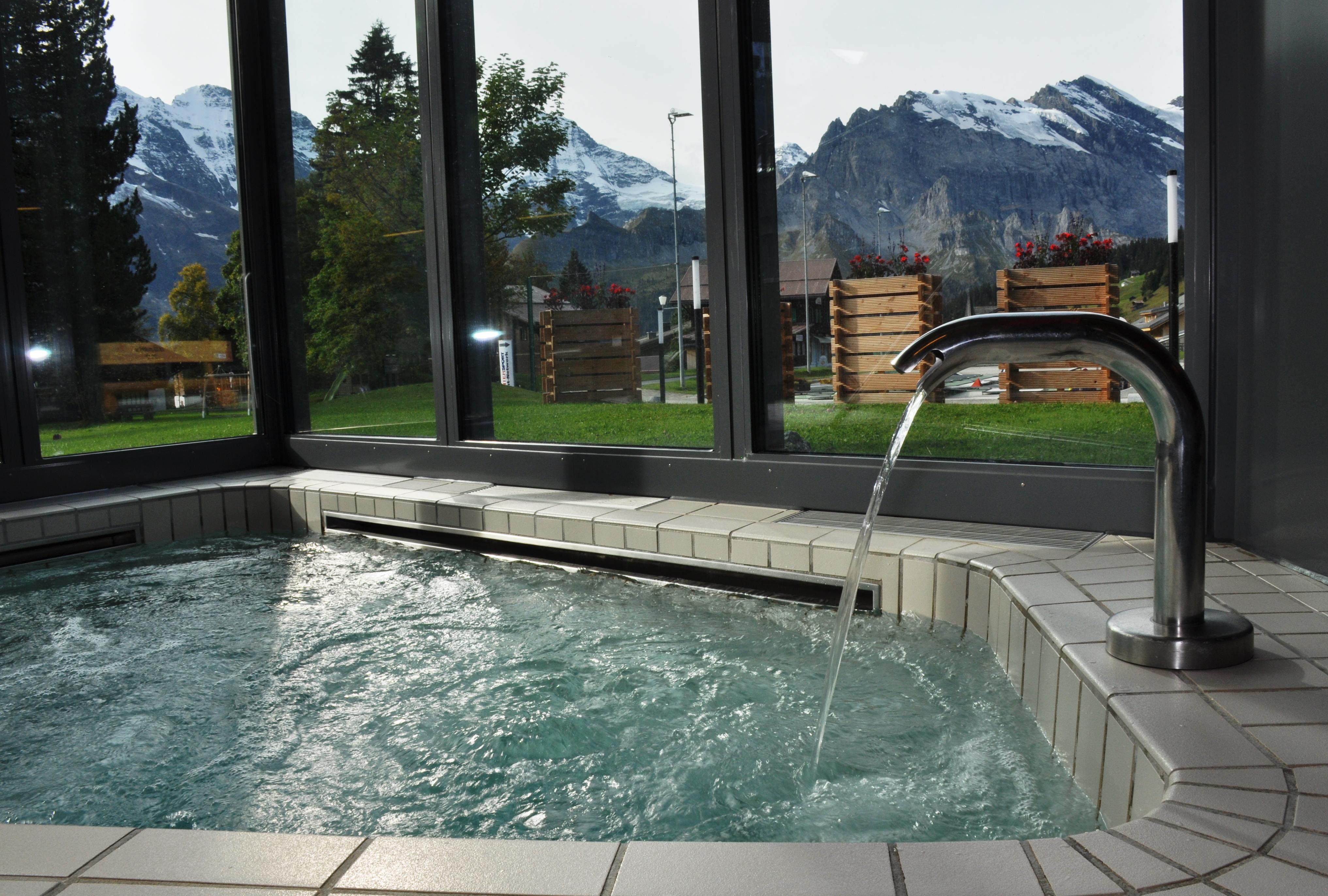 sprudelbad alpine spa wellness in den bergen. Black Bedroom Furniture Sets. Home Design Ideas